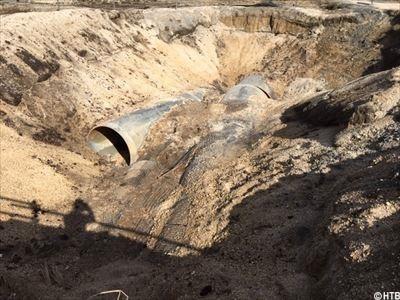 厚真町 用水路の管がズレる_R.JPG