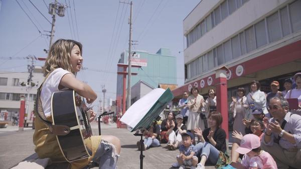 旭川銀座商店街で歌うRihwa③.jpg