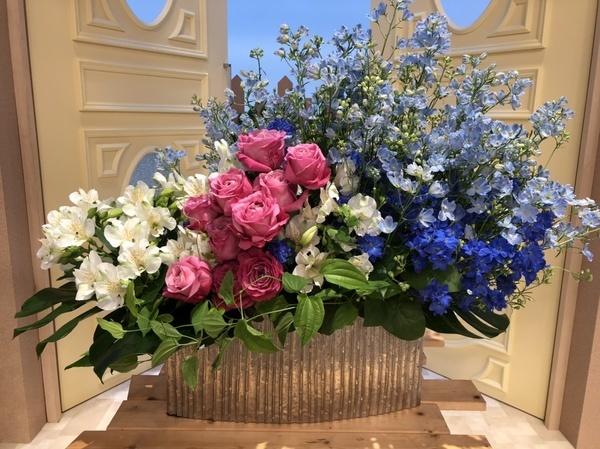 2日の花(左よりアルストロメニア・バラ・デルフィニウム)